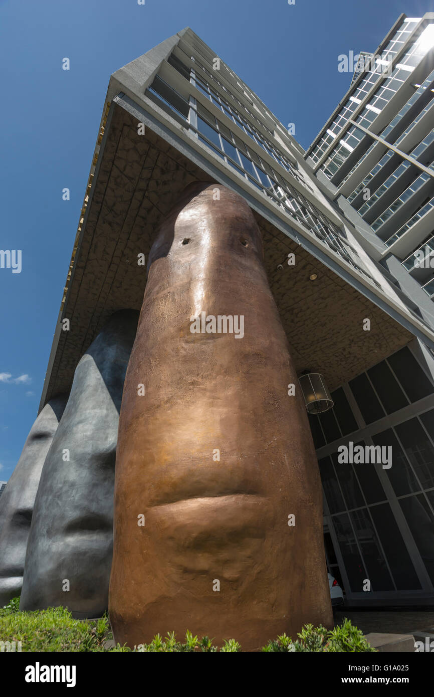 GIANT HEAD COLUMNS W HOTEL ENTRANCE (©ARQUITECTONICA 2008