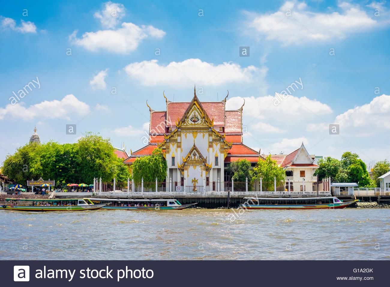 Wat Rakang Kositaram (Temple of the Bells) on the Chao Phraya River, Bangkok, Thailand - Stock Image
