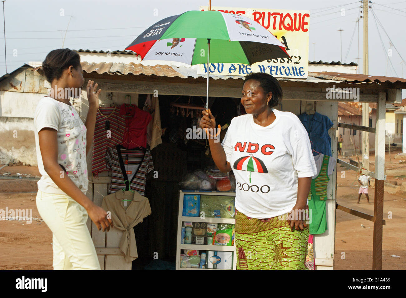Ghana General Elections, 2008 - NDC supporters in front of a little shop, - Stock Image