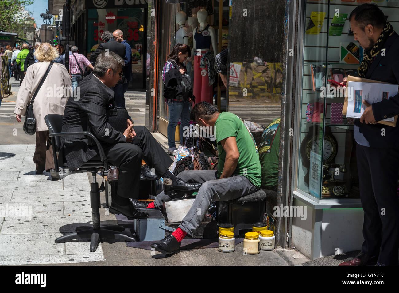 Shoe shining on Avenida de Mayo, Buenos Aires, Argentina - Stock Image