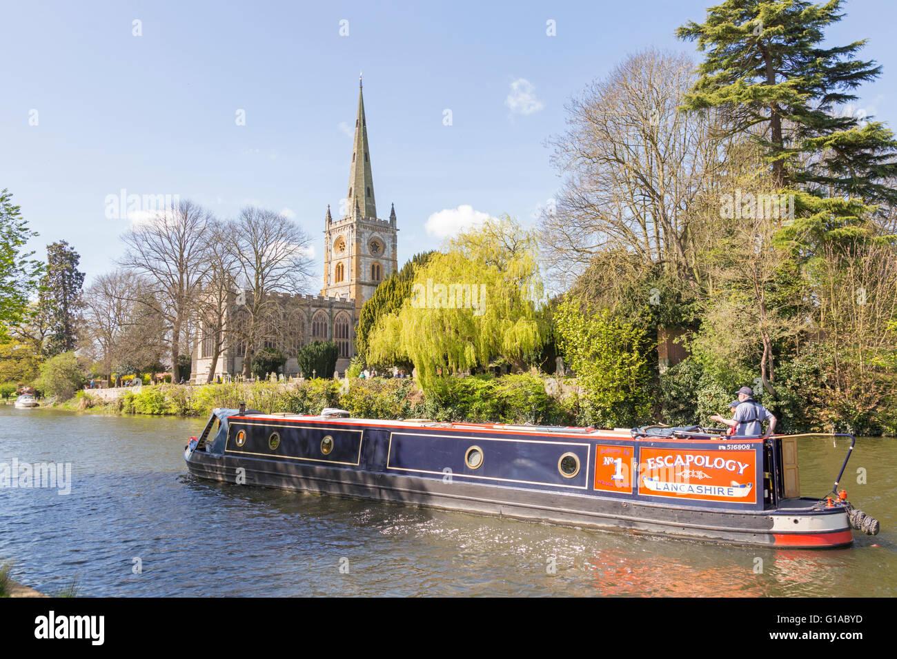 Narrowboat on the River Avon passing Holy Trinity Church at Stratford upon Avon, Warwickshire, England, UK - Stock Image