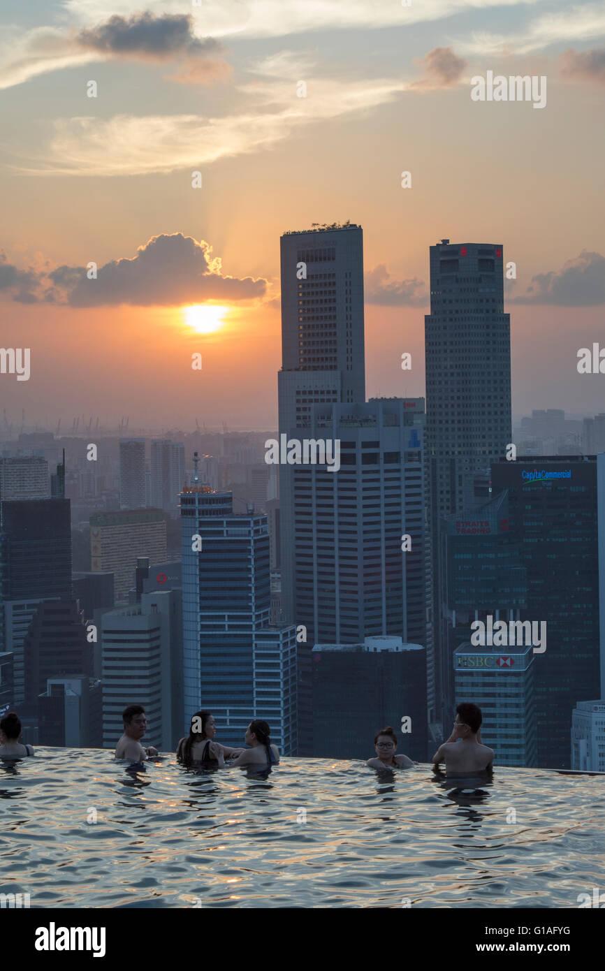 Swimming pool of Marina Bay Sands hotel and Singapore skyline - Stock Image