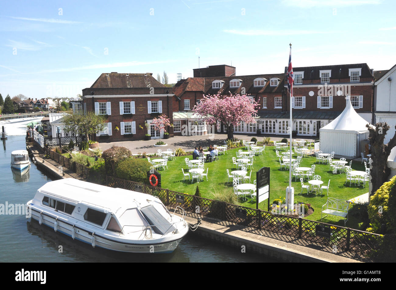 Bucks - Marlow on Thames - The Complete Angler riverside hotel - elegance and sophistication - tables on the lawn - Stock Image