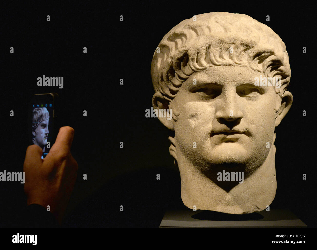 Trier, Germany. 15th May, 2016. A reporter photographs a bust of Nero in the exhibition 'Nero - Emperor, Artist, - Stock Image
