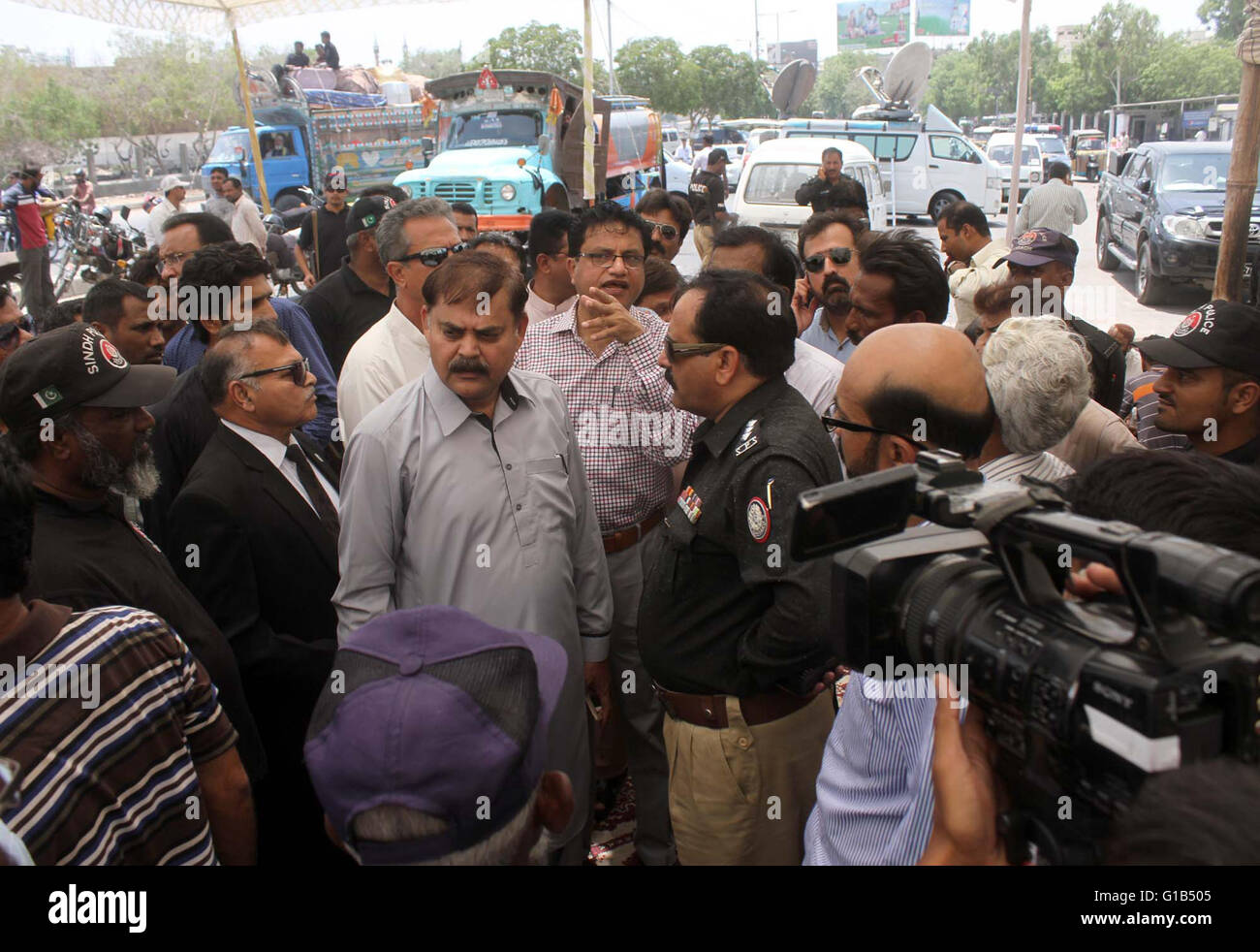 Leader of MQM, Muhammad Hussain dialogues with police on issue of permission for demonstration held at M.A Jinnah - Stock Image