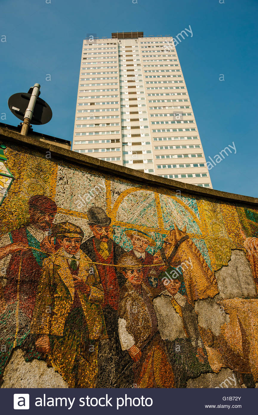 Birmingham, England, UK. 12th May 2016. UK Weather, Sunshine on the Cleveland Tower & the Murals on the Holloway Stock Photo