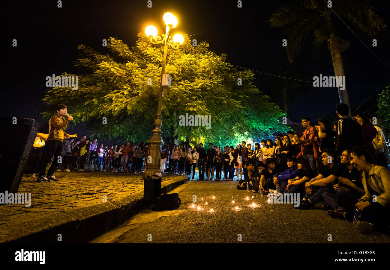 Students taking part in an open mic night on the banks of the Perfume River in Hue, Vietnam - Stock Image
