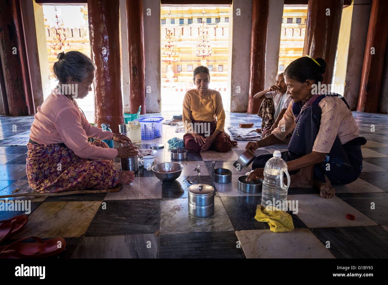 A group of elderly women eating lunch in the Shwezigon Pagoda, Nyaung-U. - Stock Image