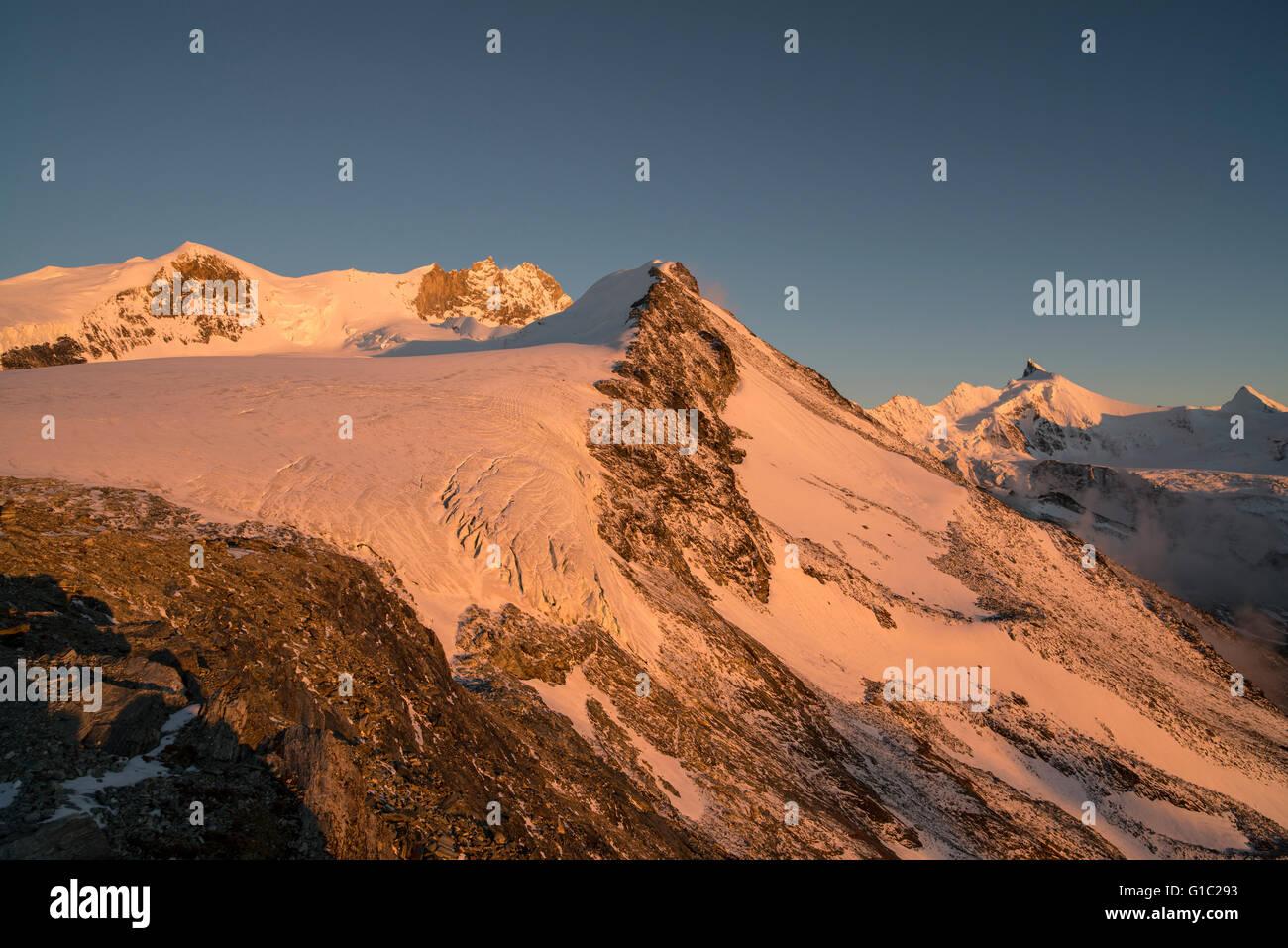 Tete de Milon und Turtmanngletscher von der Tracuithütte aus gesehen im Abendlicht. Sundown in the mountains - Stock Image