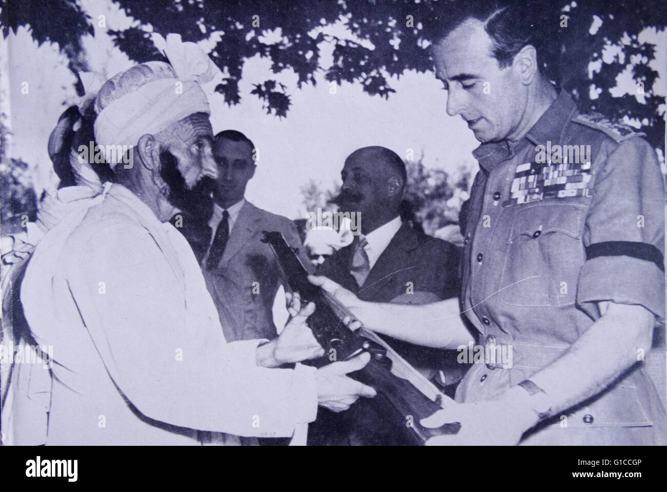 Viceroy of India, lord Mountbatten presented with a rifle 1947 - Stock Image