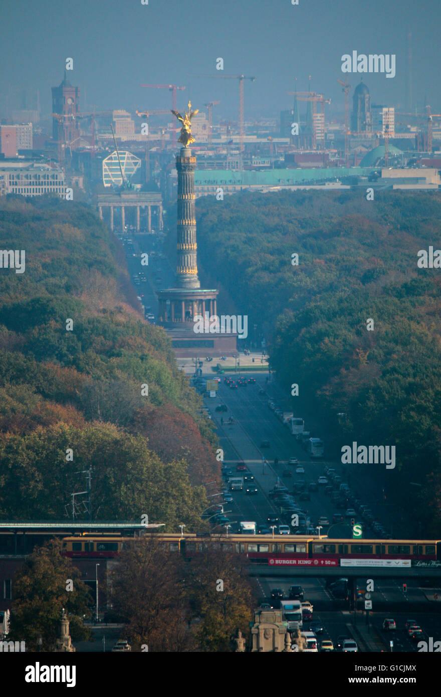 sie Skyline von Berlin mit dem Roten Rathaus, Brandenburger Tor, Siegessaeule und dem Tiergarten, Berlin-Charlottenburg. - Stock Image