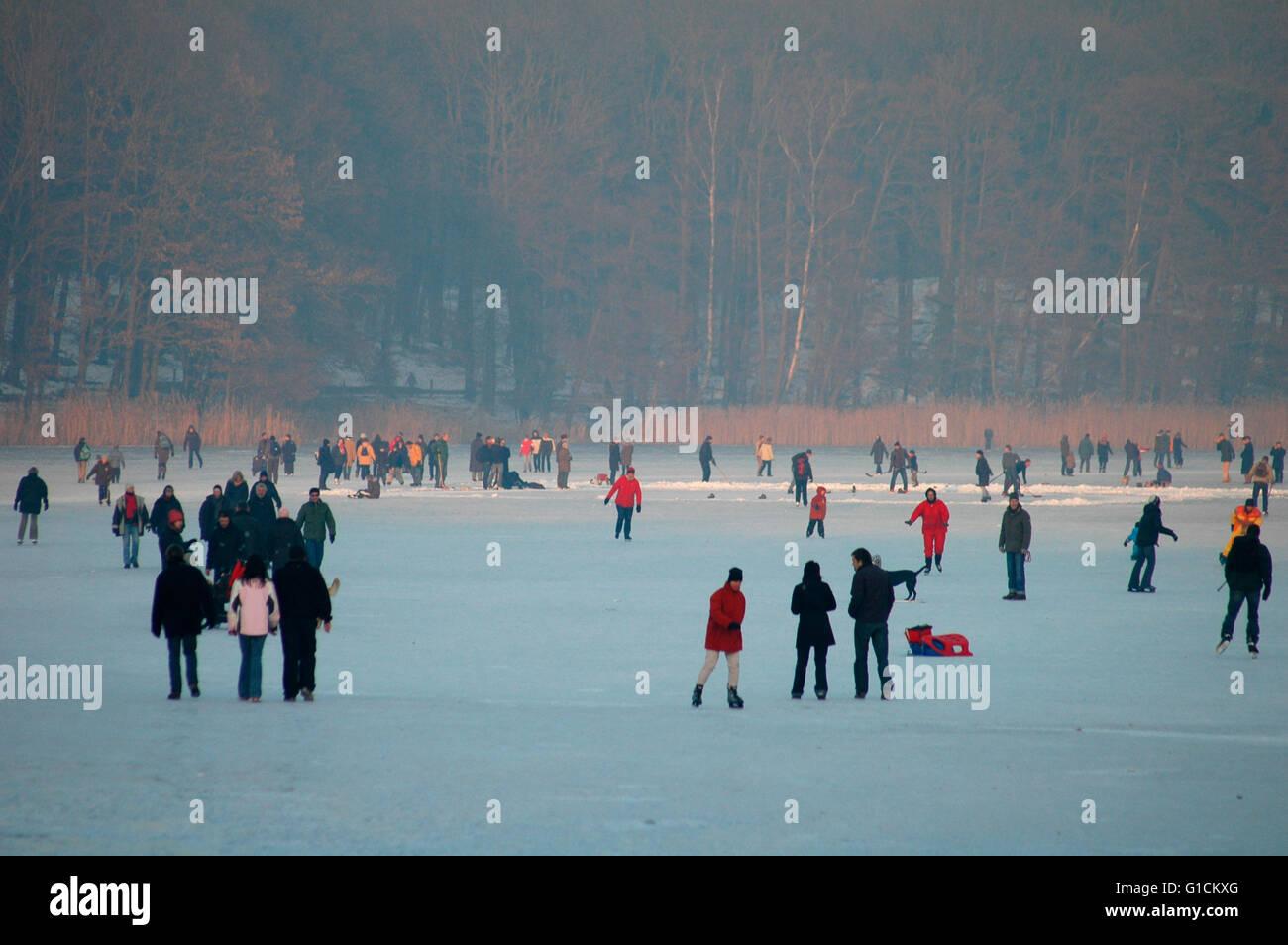 Sonne und frostige Temperaturen lockten am Wochenende zehntausende Berliner auf die zugefrorenen Gewaesser der Hauptstadt. - Stock Image