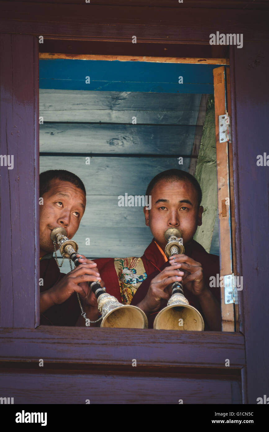 The sounding of the horns to announce the beginning of the Mani Rimdu festival in Tengboche, Nepal - Stock Image