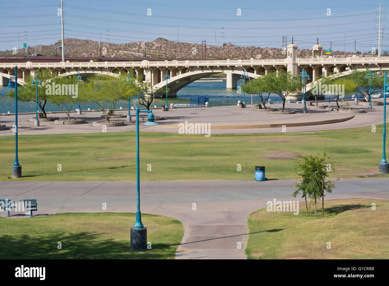 Tempe Beach Park in Tempe, Arizona (Phoenix).  Mill Avenue bridge crossing Tempe Town Lake and the Salt River bed. - Stock Image