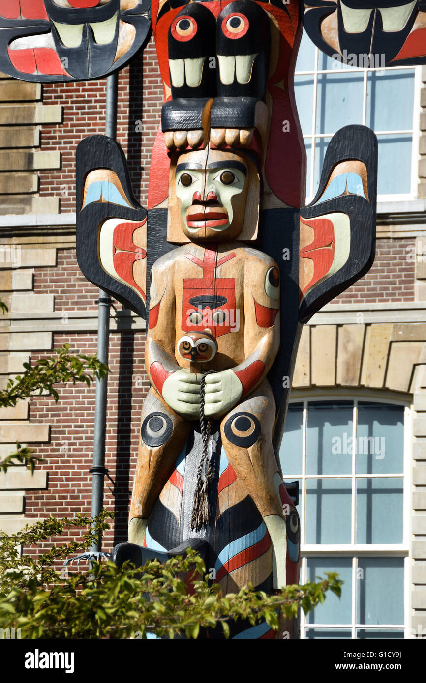 Rande Cook's totem pole has been permanently installed outside the Museum Volkenkunde Leiden in the Netherlands - Stock Image