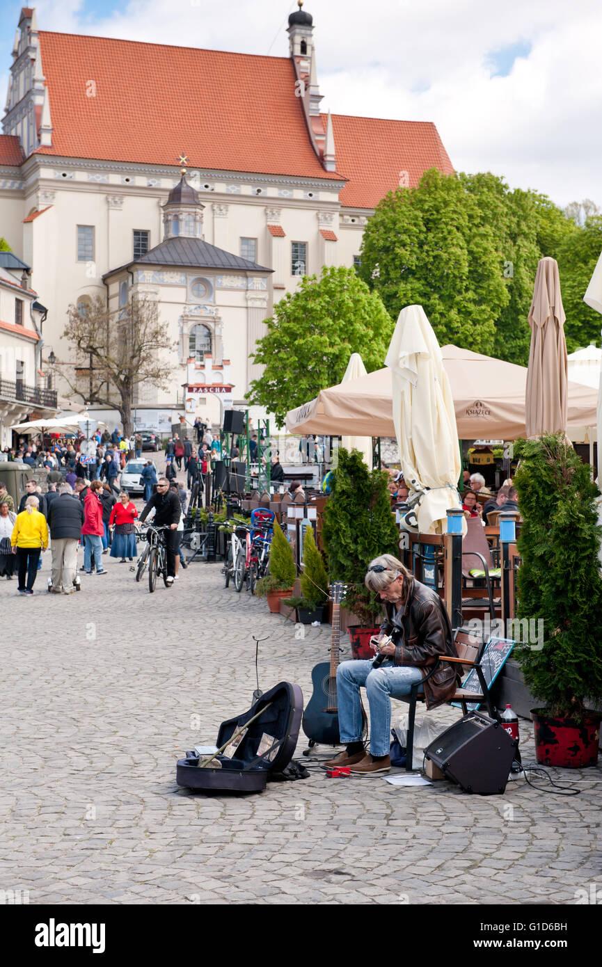 Guitar performer in Kazimierz Dolny at the market square, Poland, Europe, bohemian tourist travel destination, sightseeing. - Stock Image