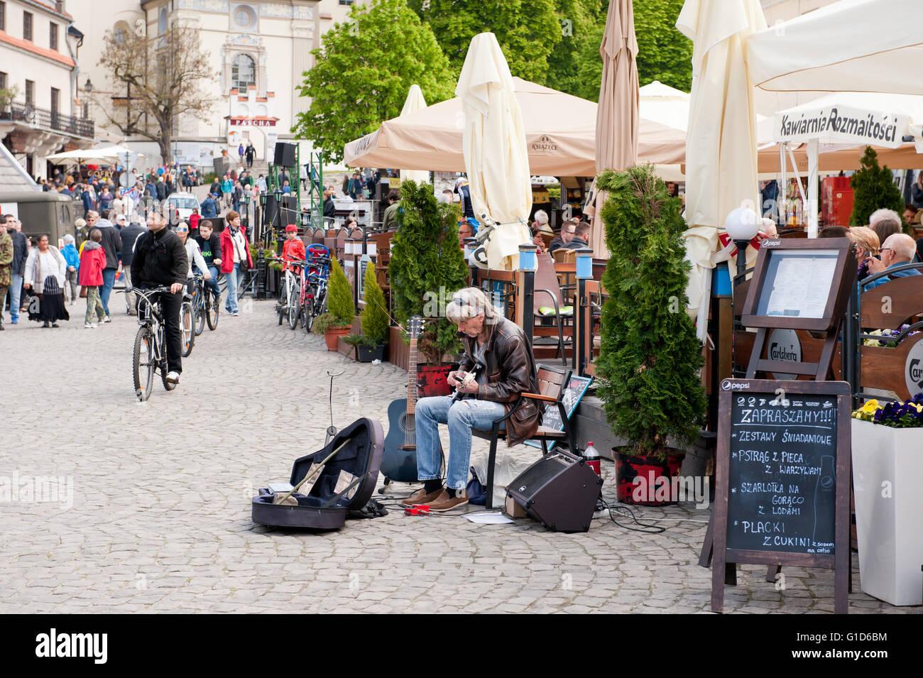 Guitar performer at the market in Kazimierz Dolny, Poland, Europe, bohemian tourist travel destination, sightseeing - Stock Image