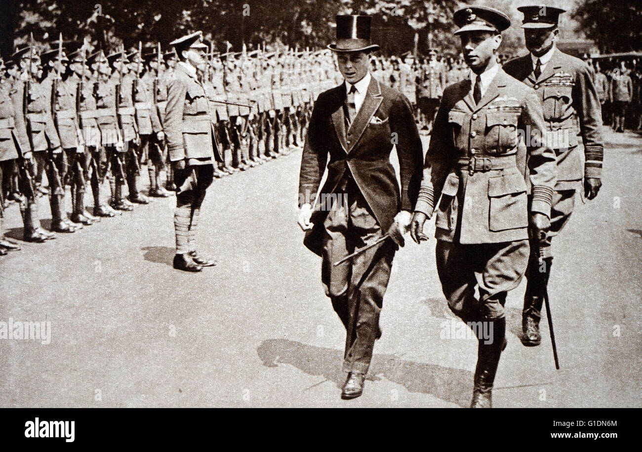 Photograph of Prince Albert Frederick Arthur George (1895-1952) walking with his brother, Edward, Prince of Wales Stock Photo