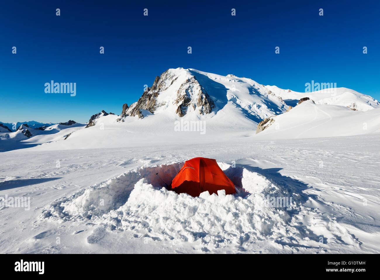 Europe, France, Haute Savoie, Rhone Alps, Chamonix, winter camping below mont Blanc - Stock Image