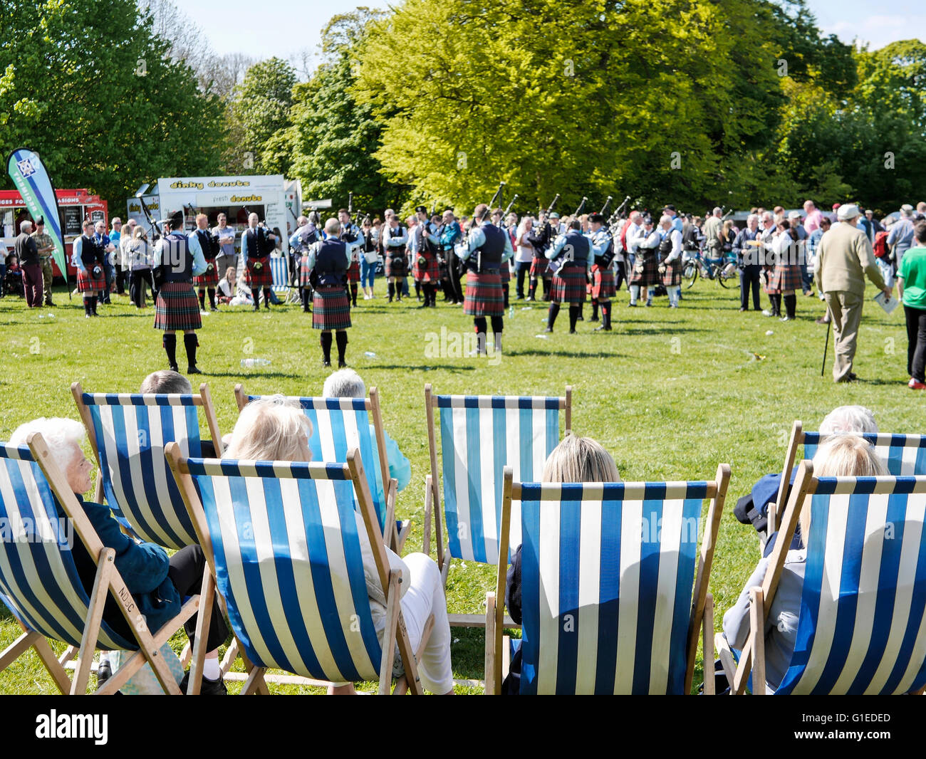 Bangor, Northern Ireland, 14th May 2016. UK weather: Spectators at a Pipe Band competition enjoy the sunshine in Stock Photo