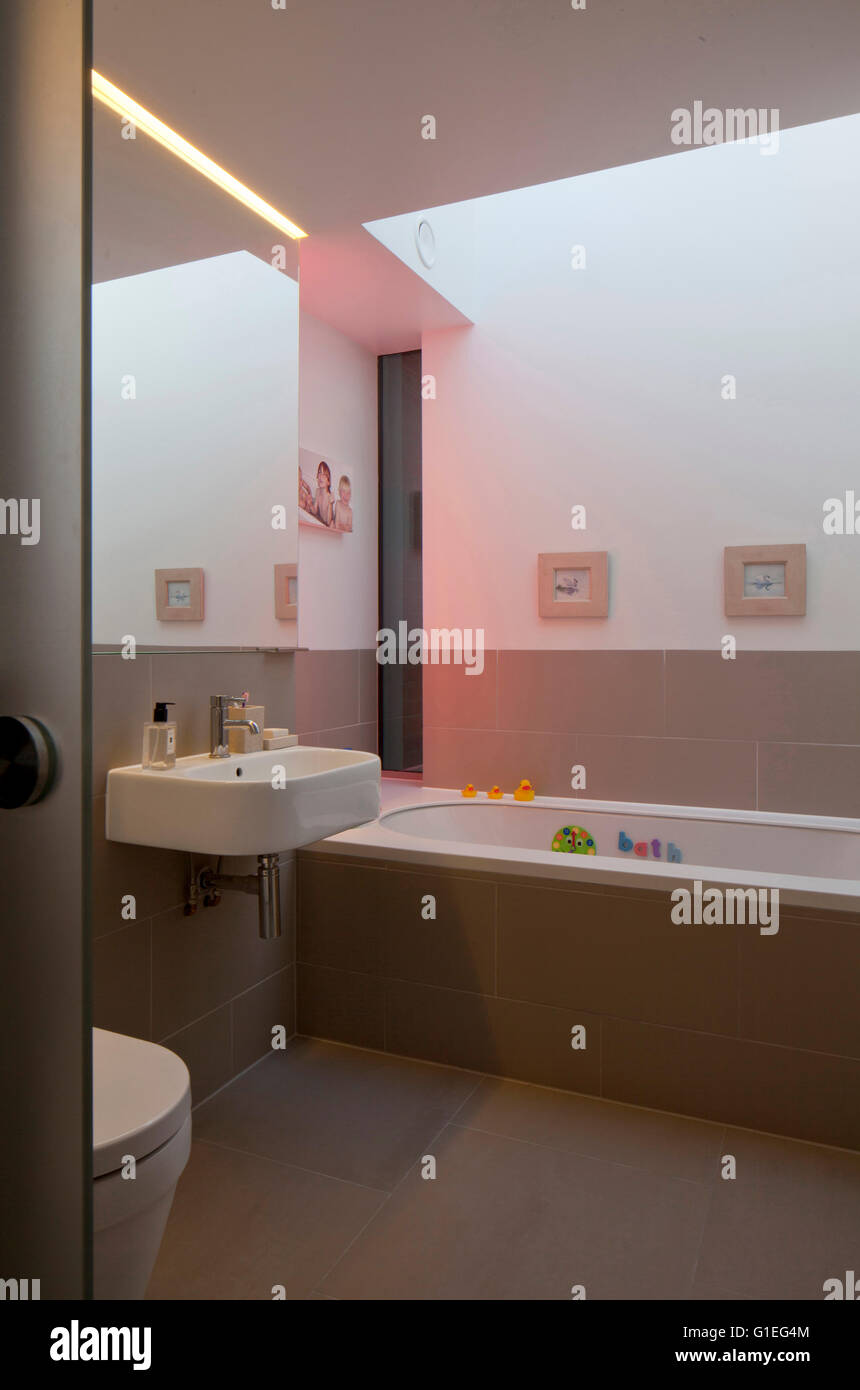 Modern Family home, Shepherds Bush, London. Bathroom with modern features and neutral tones. - Stock Image