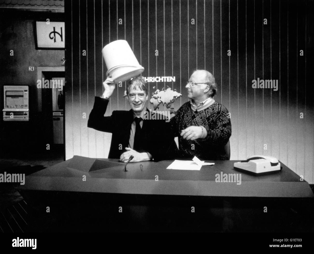 Der niederländische Showmaster und Entertainer Rudi Carrell bekommt von Norbert Blüm in 'Rudis Tagesshow' - Stock Image