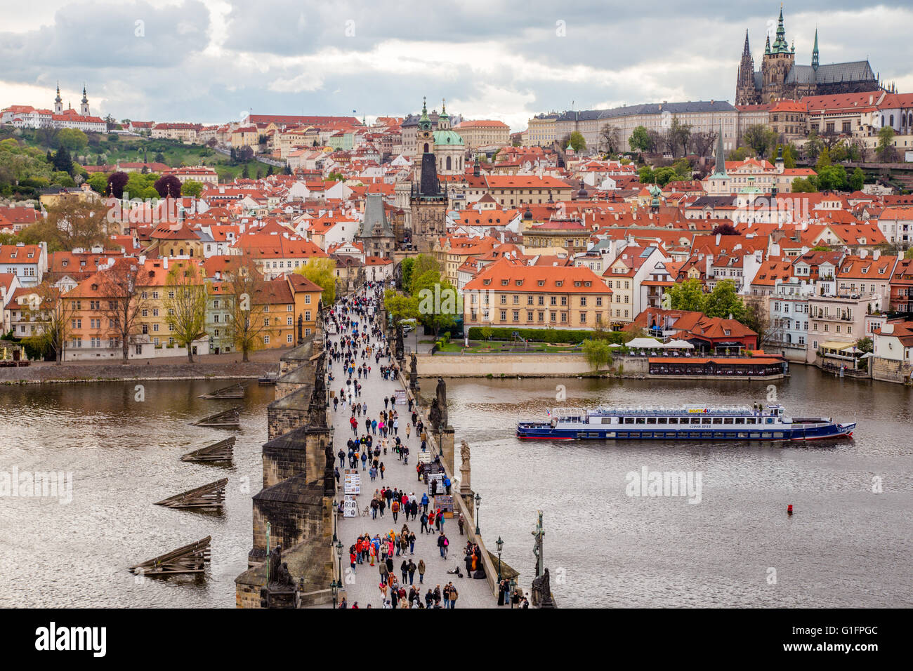 The Charles Bridge crossing the Vltava river and the St Vitus cathedral in Prague, Czech Republic - Stock Image