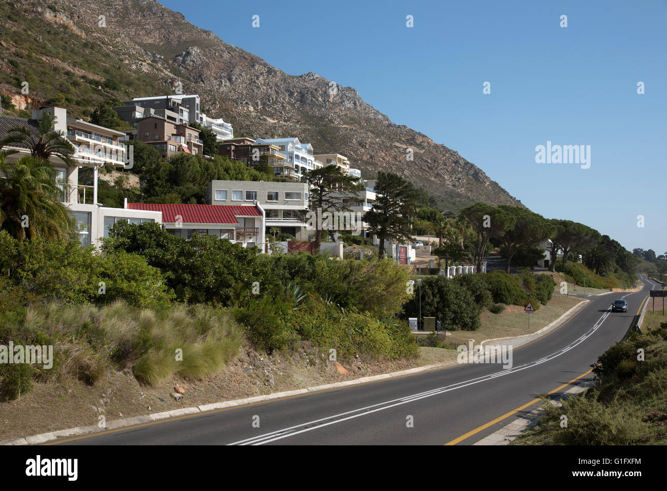 GORDON'S BAY WESTERN CAPE SOUTH AFRICA.  Upmarket housing below the Hottentot Mountains at Gordon's Bay - Stock Image