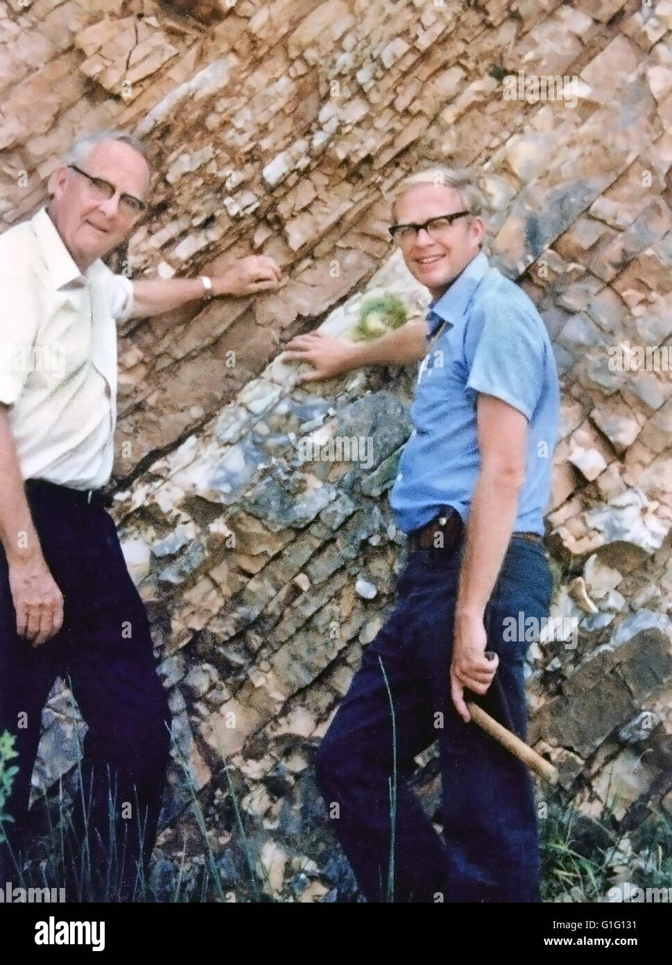 WALTER ALVAREZ  American geologist at right with his father Luis at the K-T Boundary at Gubbio, Italy, in 1981 - Stock Image