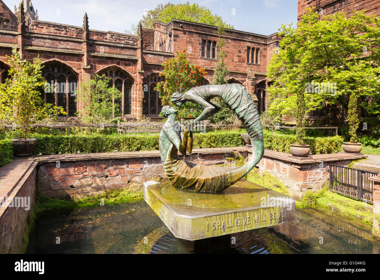 Chester Cathedral Cloister Garden, with statue The Water of Life, representing the meeting between Jesus and the - Stock Image