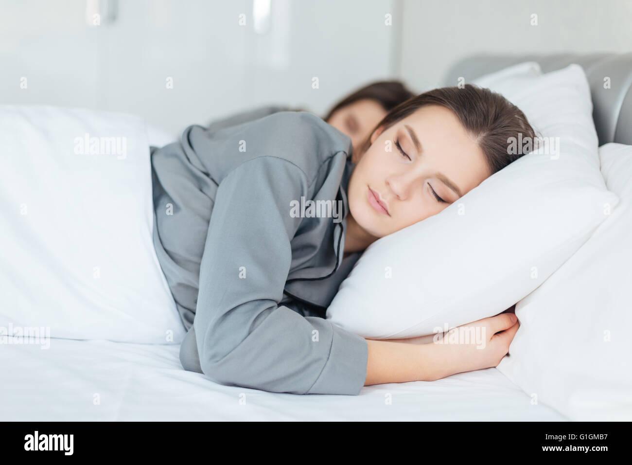 Трахнул красивую сестру пока она спала, У брата и сестры одна комната на двоих - видео ролик 4 фотография