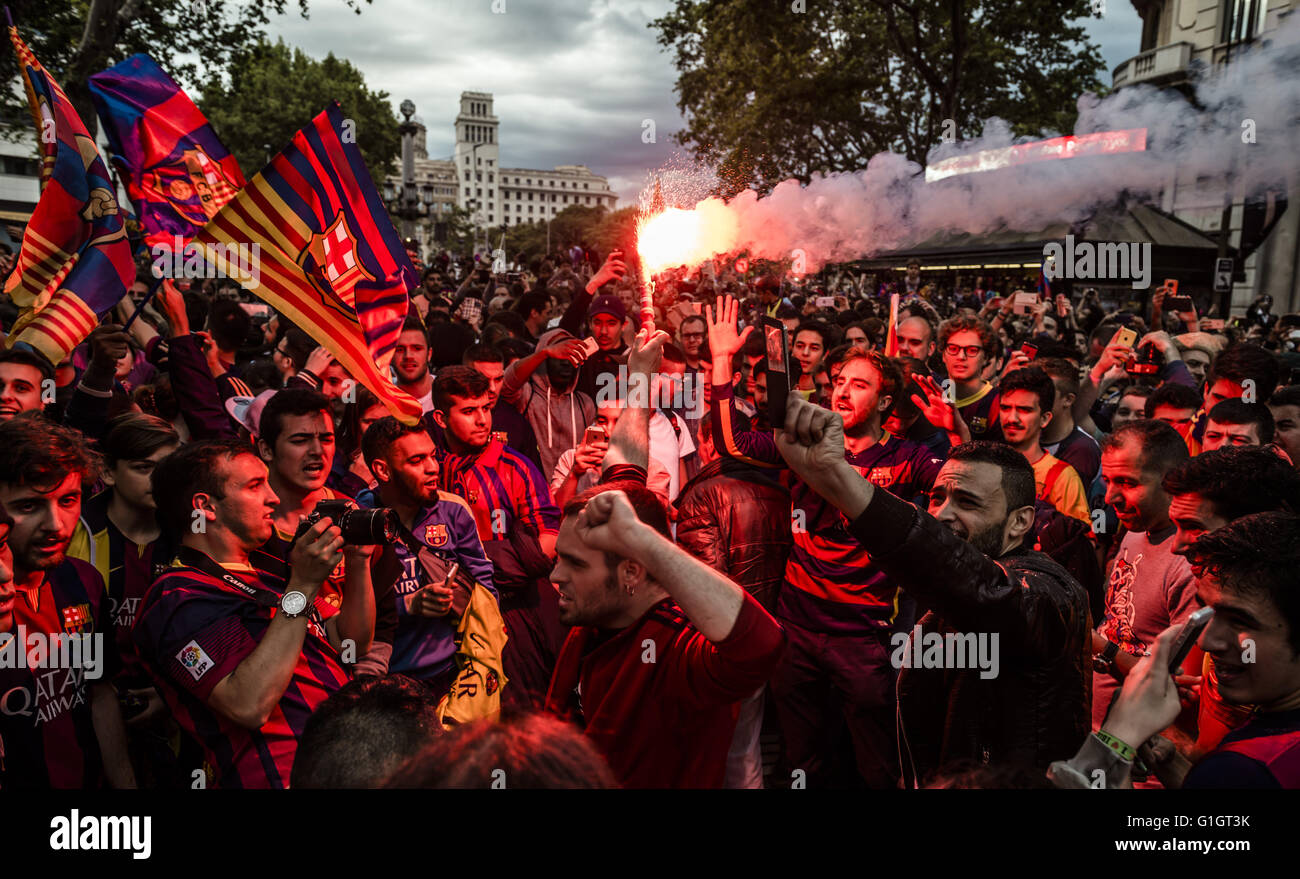 Barcelona, Catalonia, Spain. 14th May, 2016. Fans of the FC Barcelona shout slogans under a red flare at the Canaletes - Stock Image