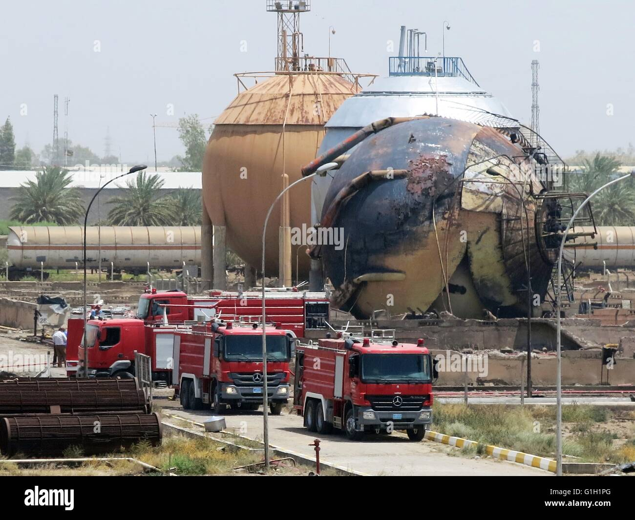 Baghdad, Iraqi capital of Baghdad. 15th May, 2016. Fire engines are seen at a gas plant after it was attacked by - Stock Image