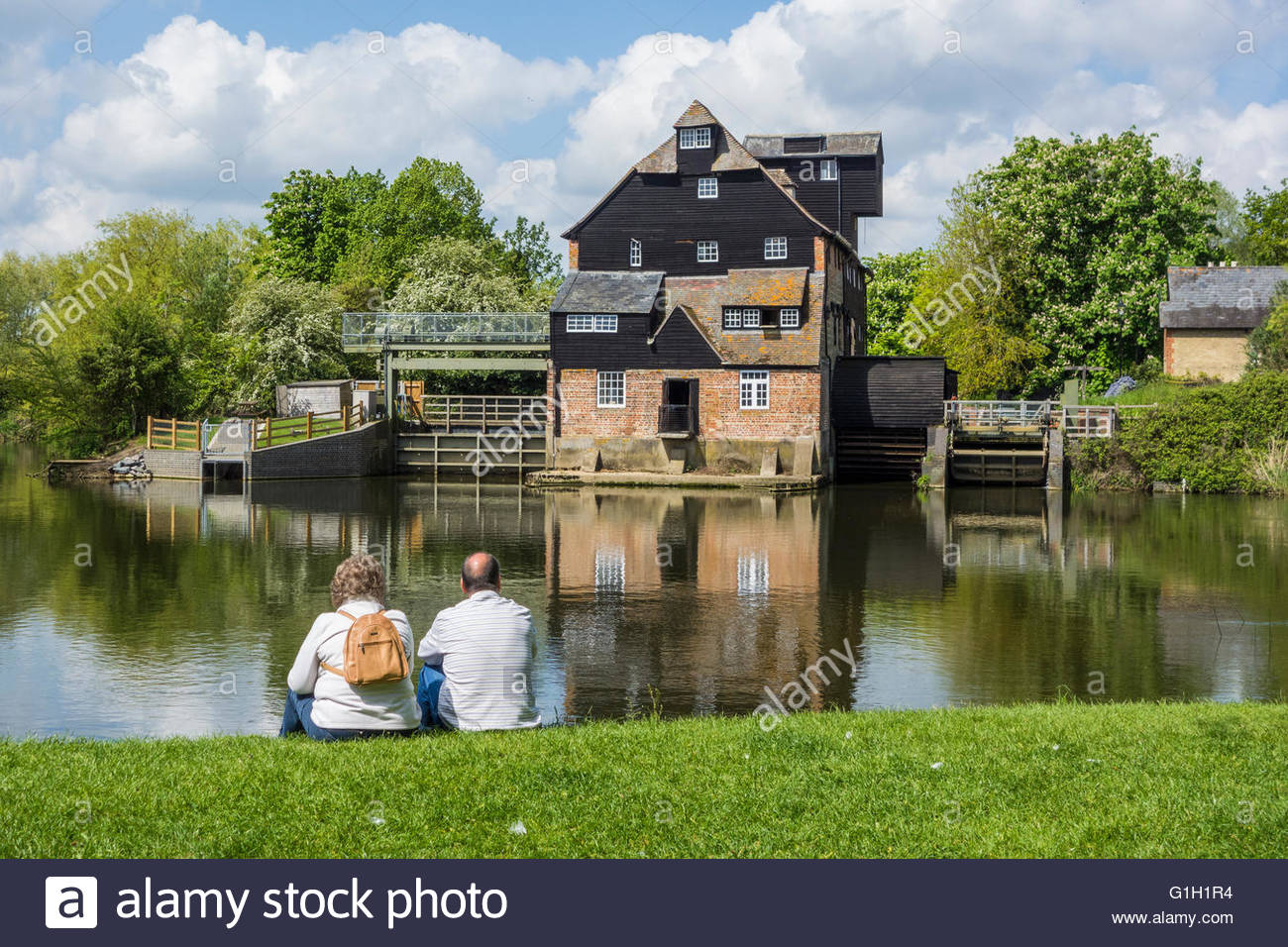 Houghton, Cambridgeshire, UK. 15 May 2016. Visitors relax in the sunshine on the bank of the River Great Ouse at Stock Photo