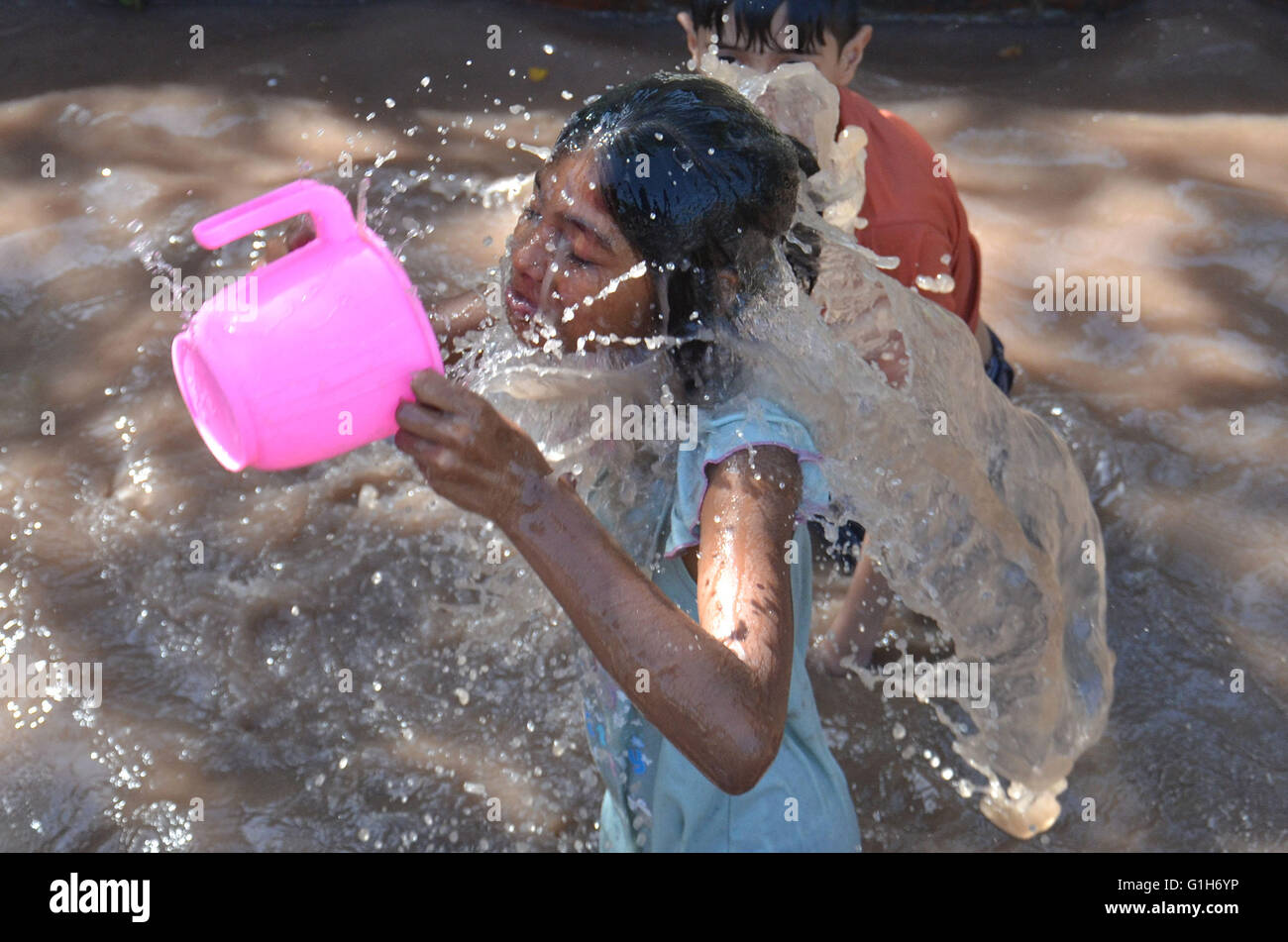 Lahore, Pakistan. 15th May, 2016. A large number of Pakistani people People enjoying water slide at jallo park to - Stock Image
