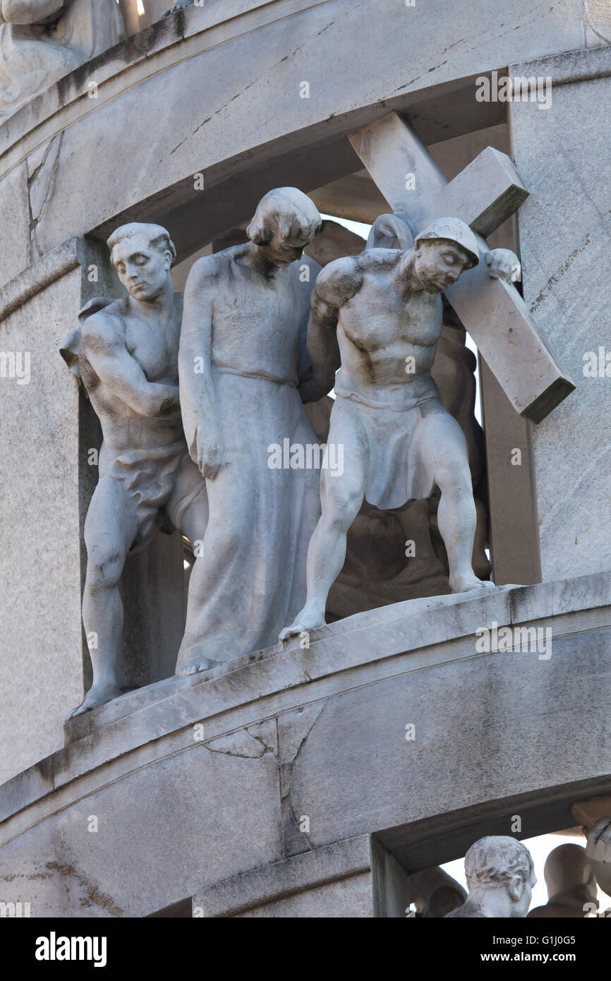 Jesus is helped by Saint Simon to carry his cross. Marble statue by sculptor Giannino Castiglioni (1936). Detail - Stock Image