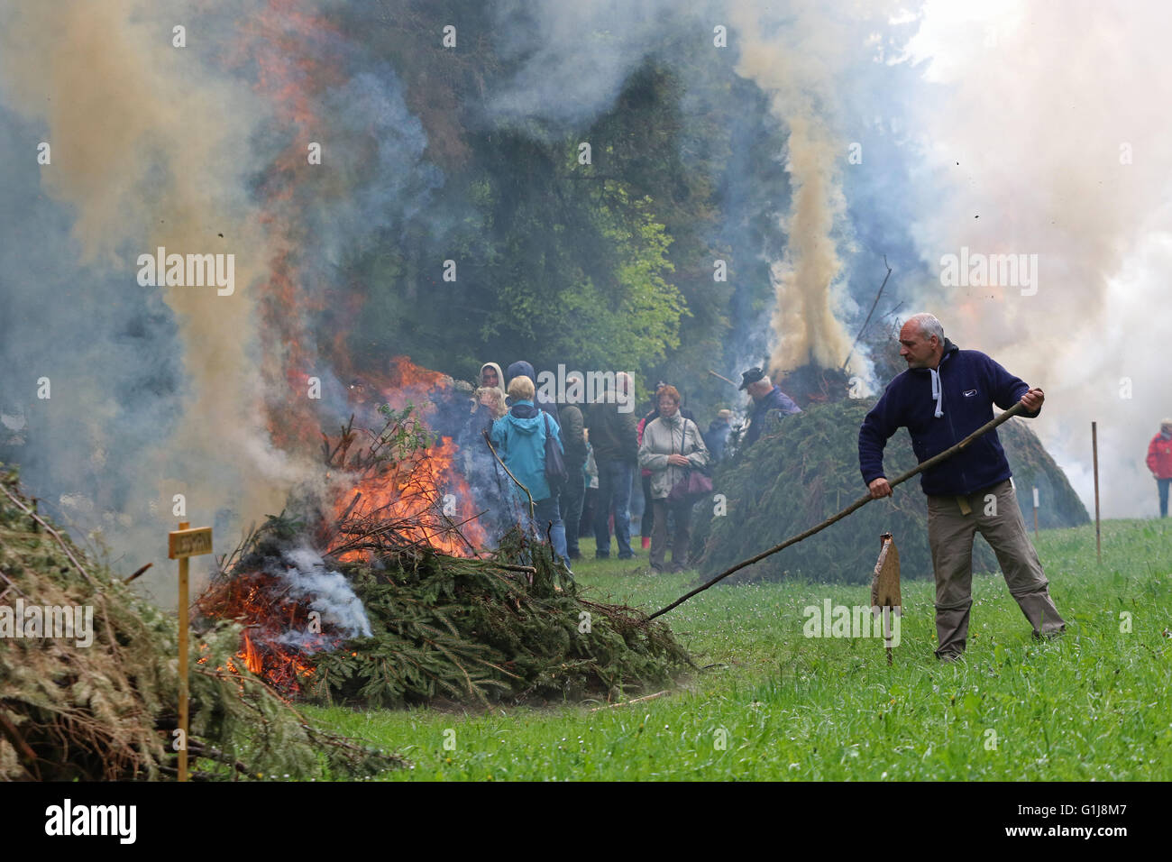 Benneckenstein, Germany. 16th May, 2016. The Pentecost fire is set after the traditional Finch Manoeuvre by the - Stock Image