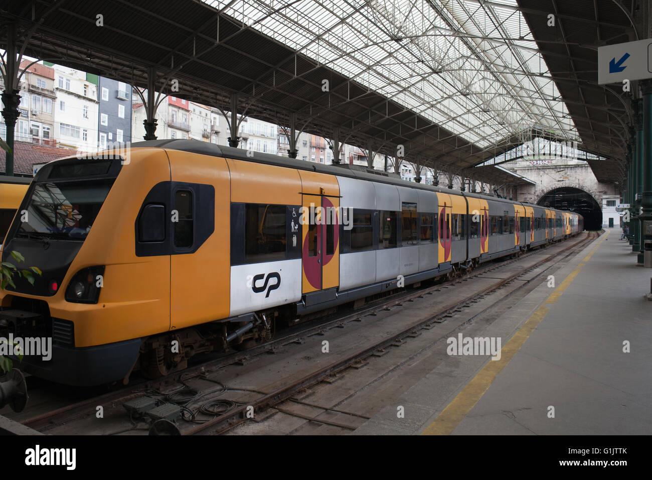 Portugal, Porto, Sao Bento Railway Station, train, platform, city landmark - Stock Image