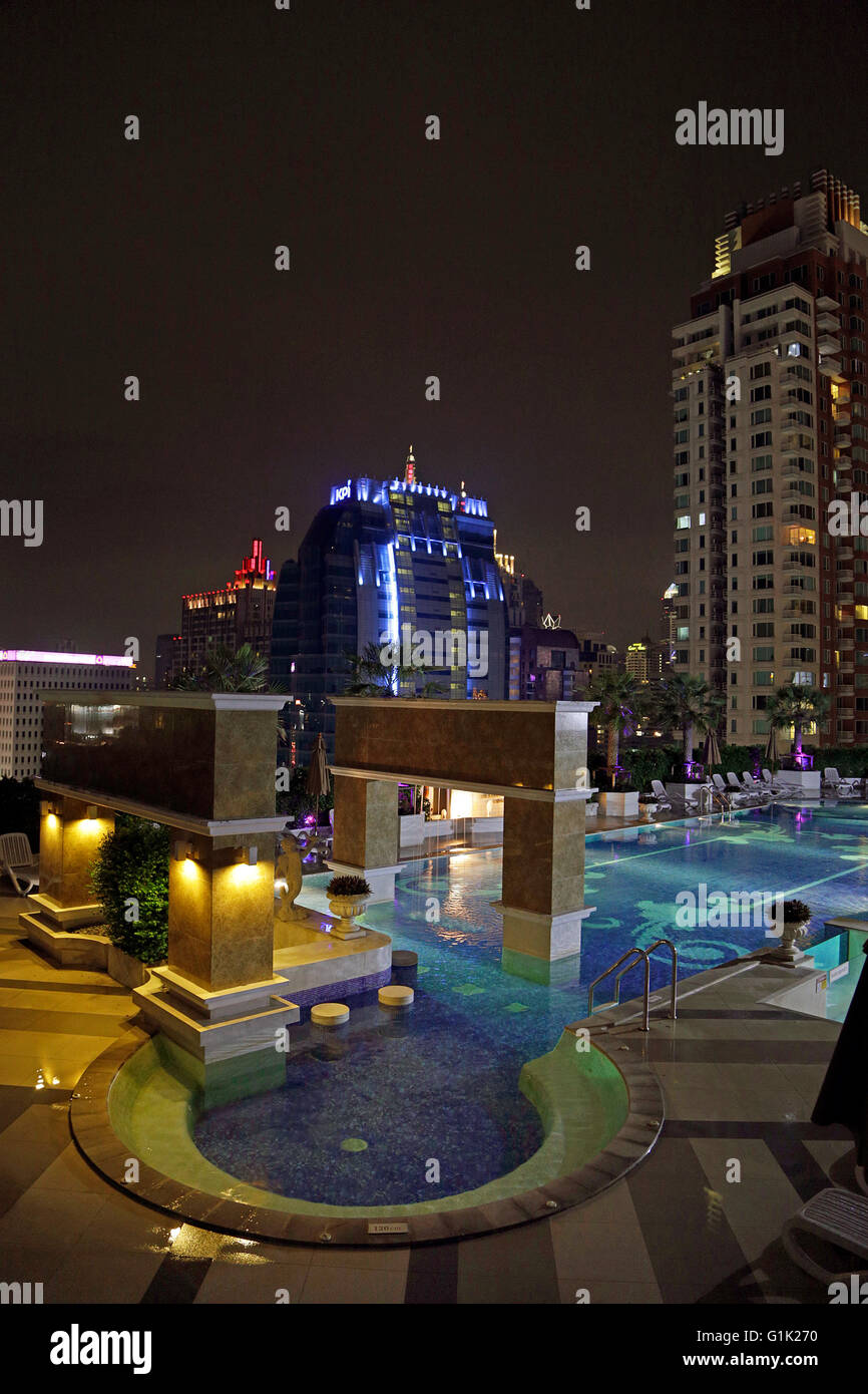 Pool at the 'Berkeley Hotel Pratunam' Bangkok in nighttime - Stock Image