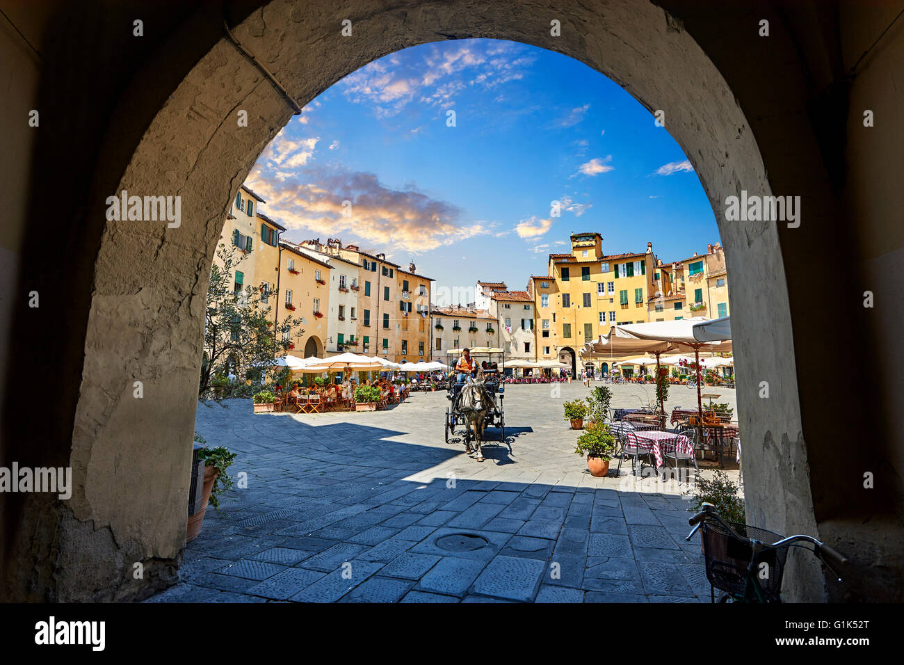 Piazza dell'Anfiteatro inside the ancient Roman ampitheatre of Lucca, Tuscany, Italy - Stock Image