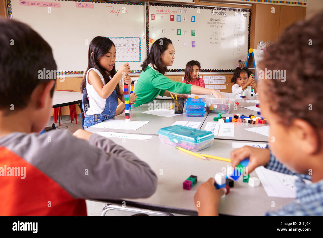 Elementary school teacher uses block play in class with kids - Stock Image