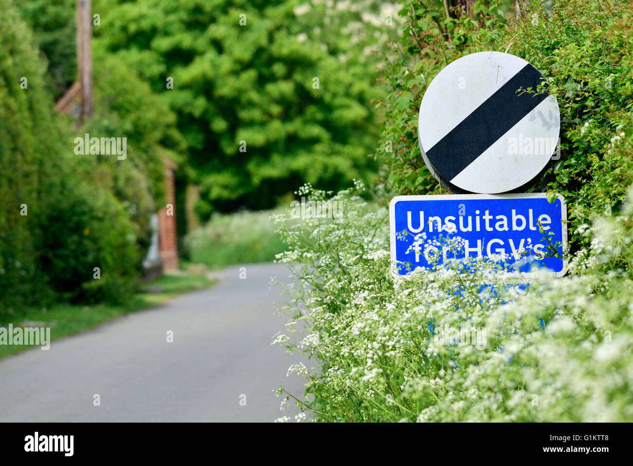 'Unsuitable for HGVs' sign on a country lane. Boughton Monchelsea village, Maidstone, Kent, UK. - Stock Image