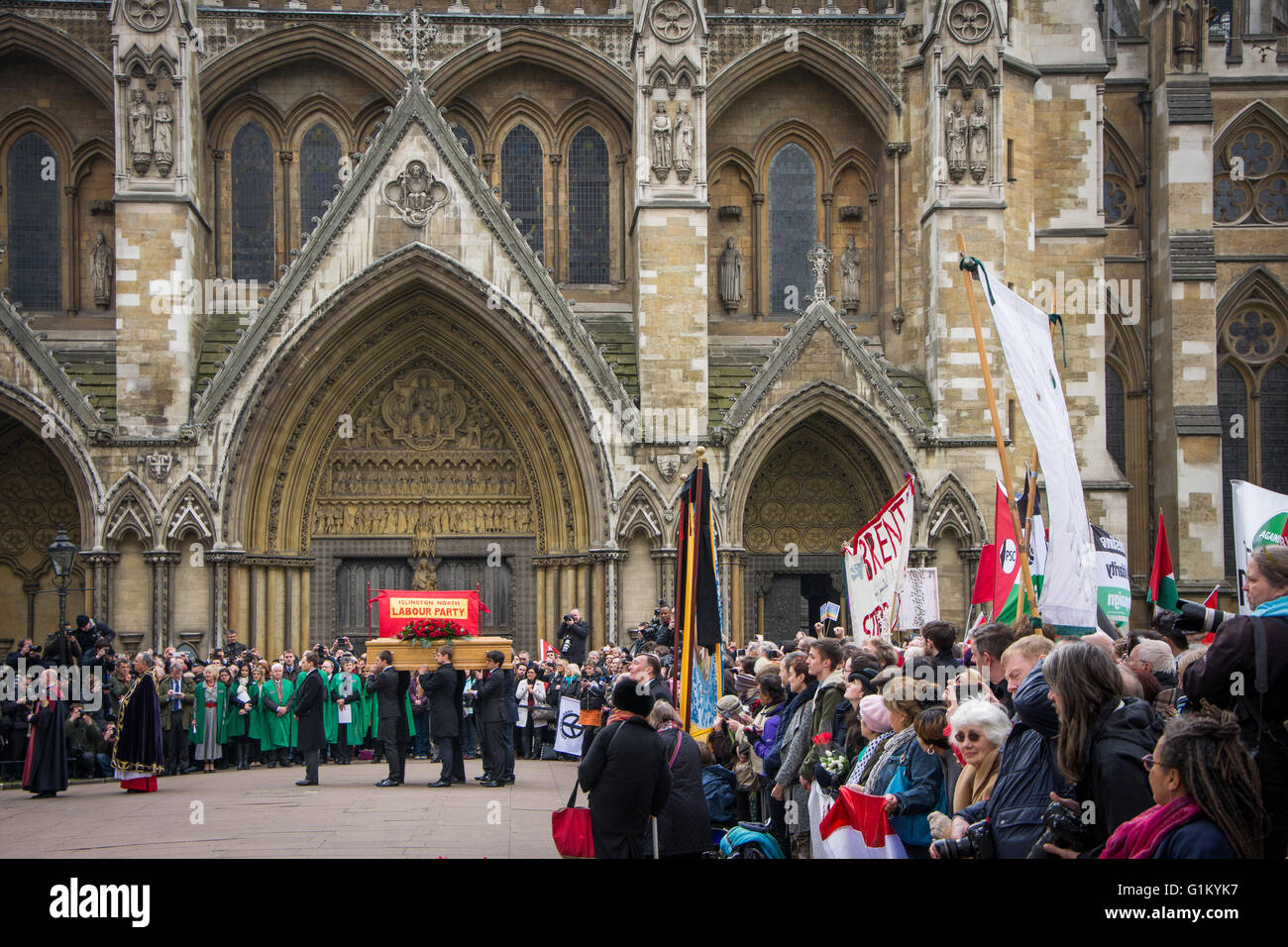 Onlookers and procession at St. Margaret's Church for Tony Benn's funeral - Stock Image