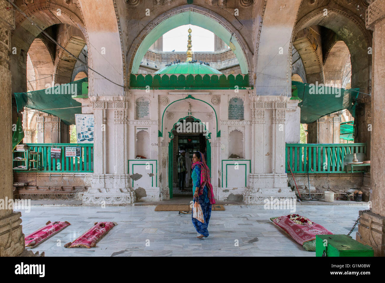 Lady At Kutb-e-Alam Mosque, Ahmedabad - Stock Image