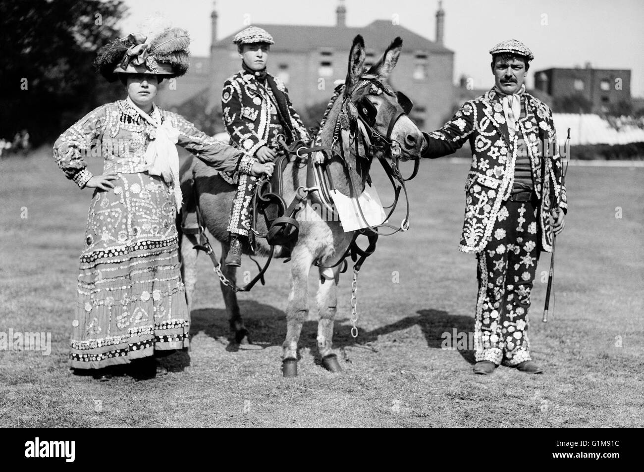 'Costers' in Pearlies - a family party at Peckham Derby show. 'Costers', or 'Costermongers' - Stock Image