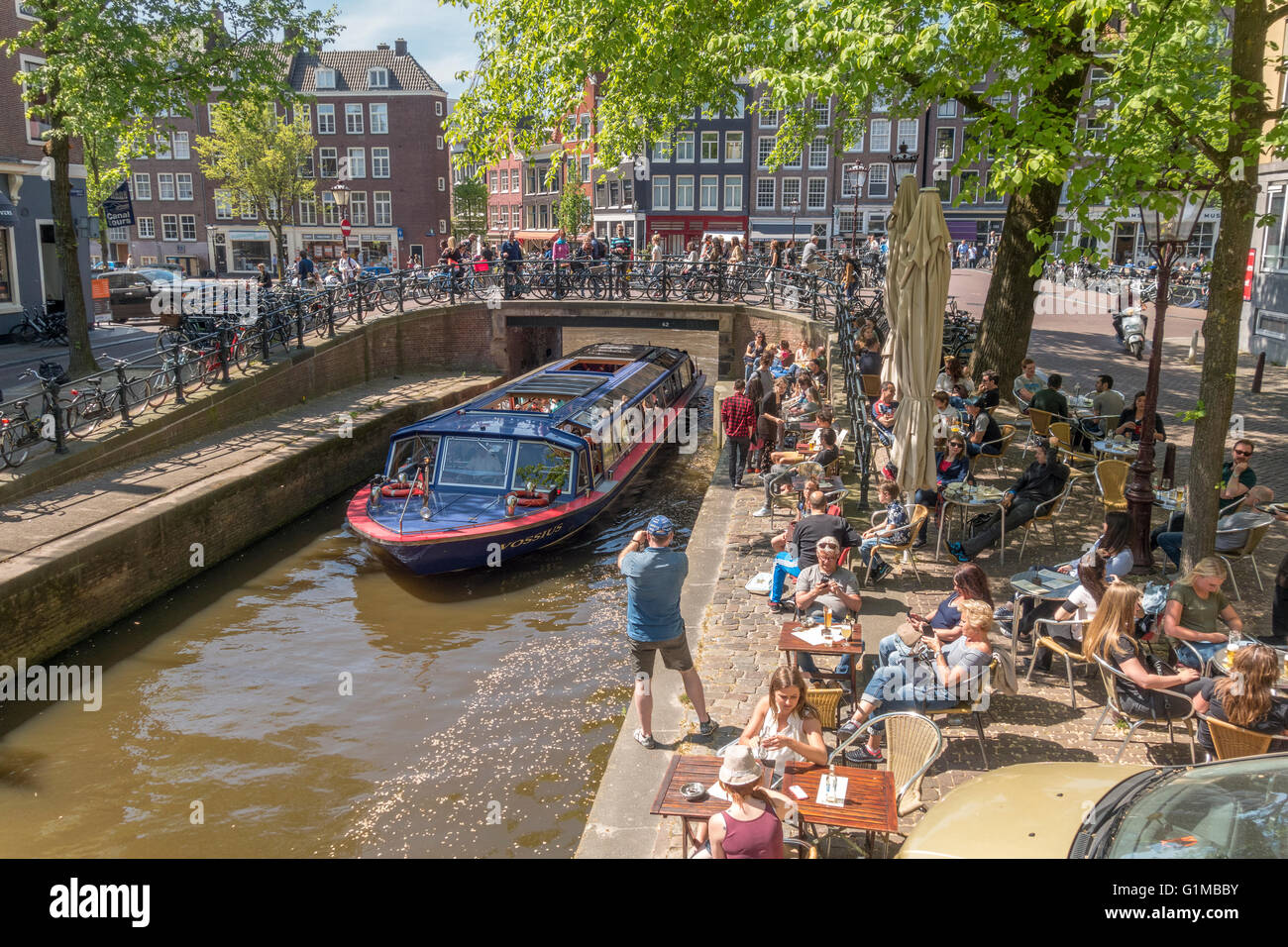 Amsterdam Canal Tour Boat passing Restaurant Bar Cafe Pub Café Spanjer & Van Twist on the narrow Leliegracht - Stock Image