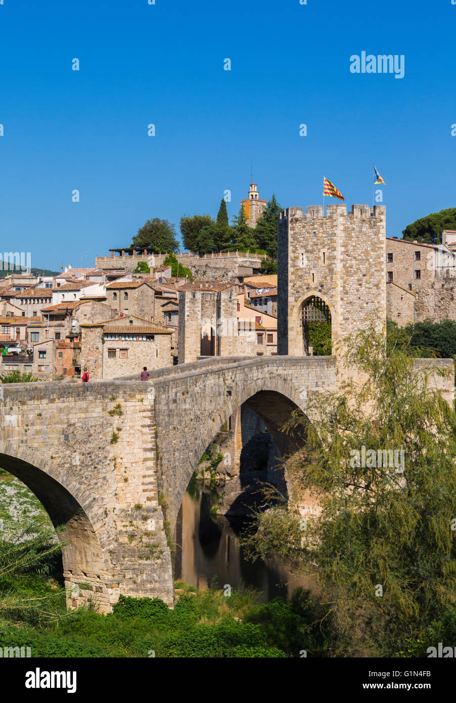 Besalu, Girona Province, Catalonia, Spain.  Fortified bridge known as El Pont Vell, the Old Bridge, crossing the - Stock Image
