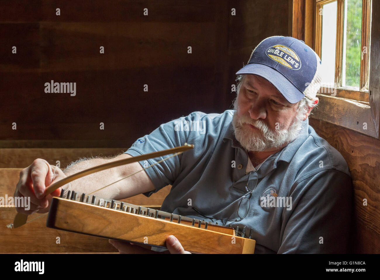 Great Smoky Mountains National Park, Tennessee - Charlie Closz plays his psaltery in Cades Cove Primitive Baptist - Stock Image