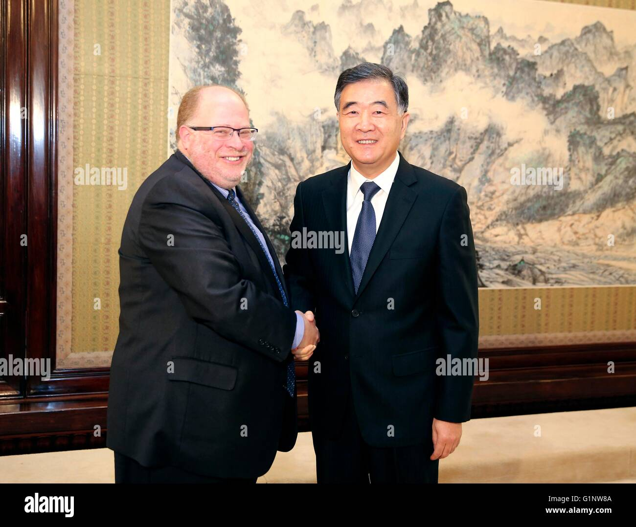 Beijing, China. 17th May, 2016. Chinese Vice Premier Wang Yang (R) meets with Adam Posen, president of Peterson Stock Photo