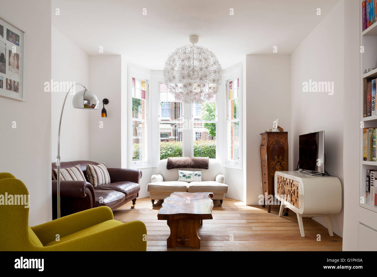 Wide shot of living room. Private House, London, United Kingdom. Architect: Scenario Architecture, 2016. - Stock Image